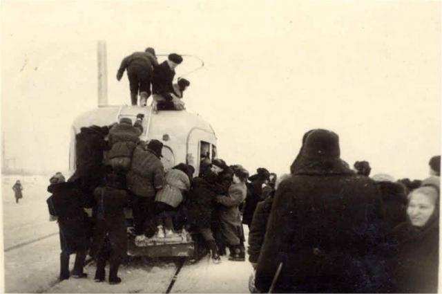 На фото: поездка на работу с пл. Ефремова на «Турбинку», 1957 год