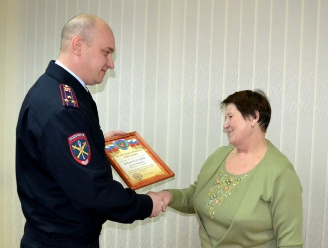 Полковник полиции Евгений Власов вручил Валентине Золотницыной благодарственной письмо.