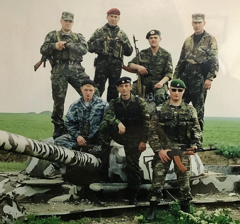 Уже после ранения он возвращался на Кавказ, в знакомые места. Алексей - крайний справа в нижнем ряду.
