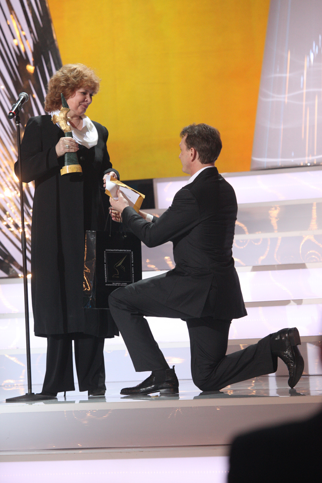 Актриса Людмила Нильская получила приз залучшую женскую роль нателевидении (фильм «Галина»).
