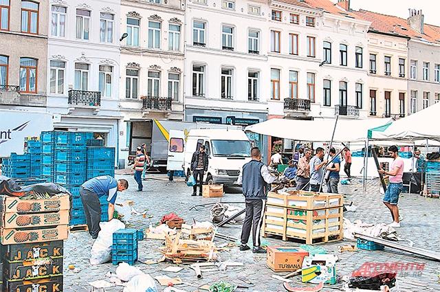 На улицах Моленбека груды мусора, которые никто не убирает.