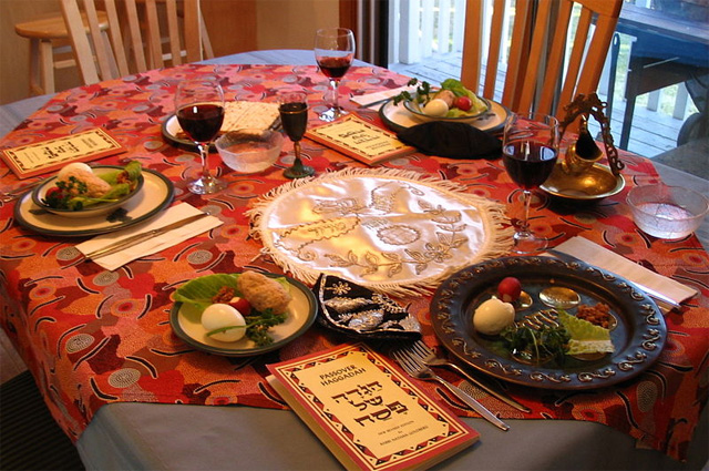 Праздничный стол, приготовленный для пасхального седера