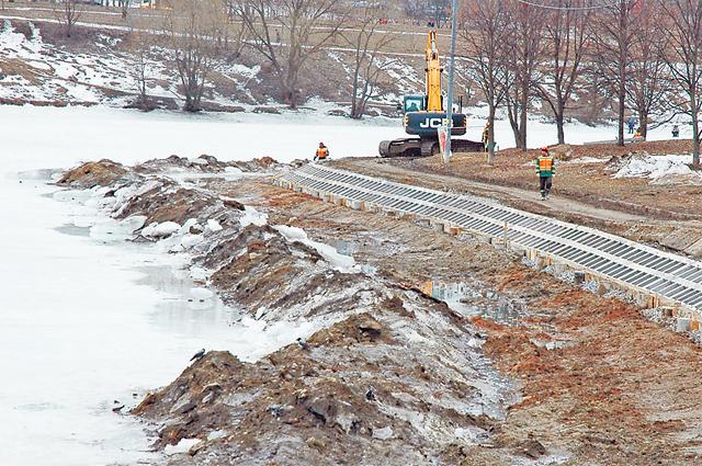 В мае завершат реконструкцию набережной Очаковского пруда.