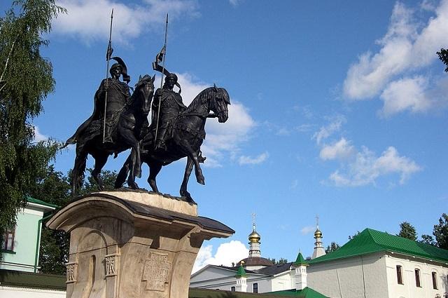 Памятник св. Бориса и Глеба работы Рукавишникова, Дмитров, Московская область
