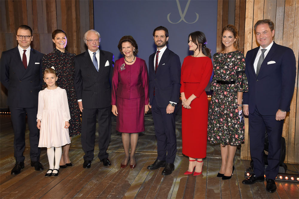 Принц Даниил, наследная принцесса Виктория, принцесса Эстель, король Карл XVIГустав, королева Сильвия, принц Карл Филипп, принцесса София, принцесса Мадлен, Кристофер О'Нил.