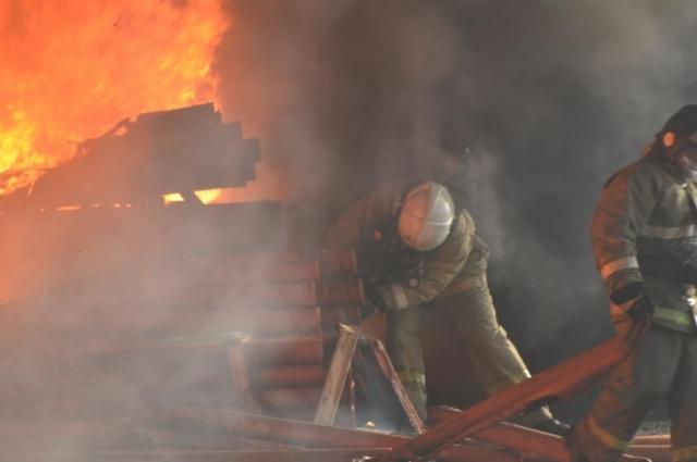 30 пожарных боролись с огнём, чтобы он не перекинулся на  близстоящие здания.