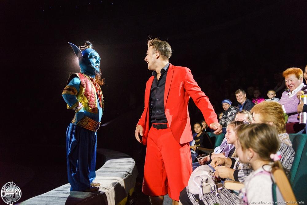 Клоун и его помощник Джин разыгрывают со зрителями репризы.