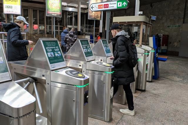 В Петербурге поток людей в метро распределен очень неравномерно - одни ветки забиты, другие - нет.