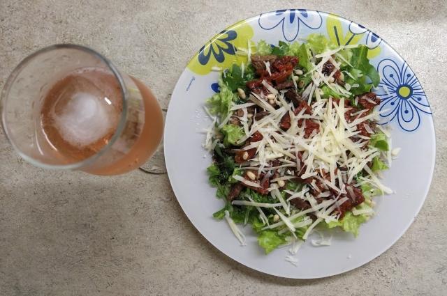 Сочетание говядины, вяленых томатов и других пряностей делает этот салат лоригинальным..