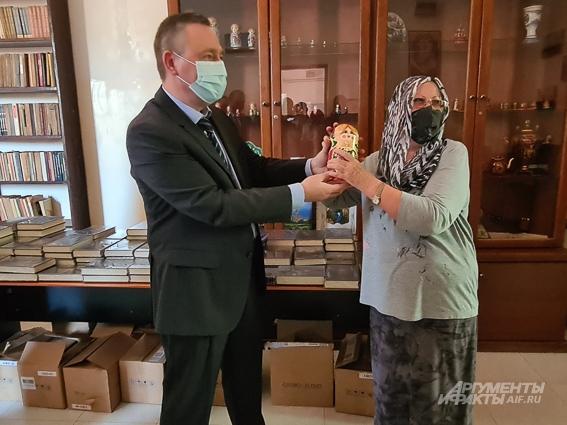 Посол РФ в Судане Владимир Желтов дарит матрёшку преподавательнице русского языка в Хартуме Наталье Кондре.