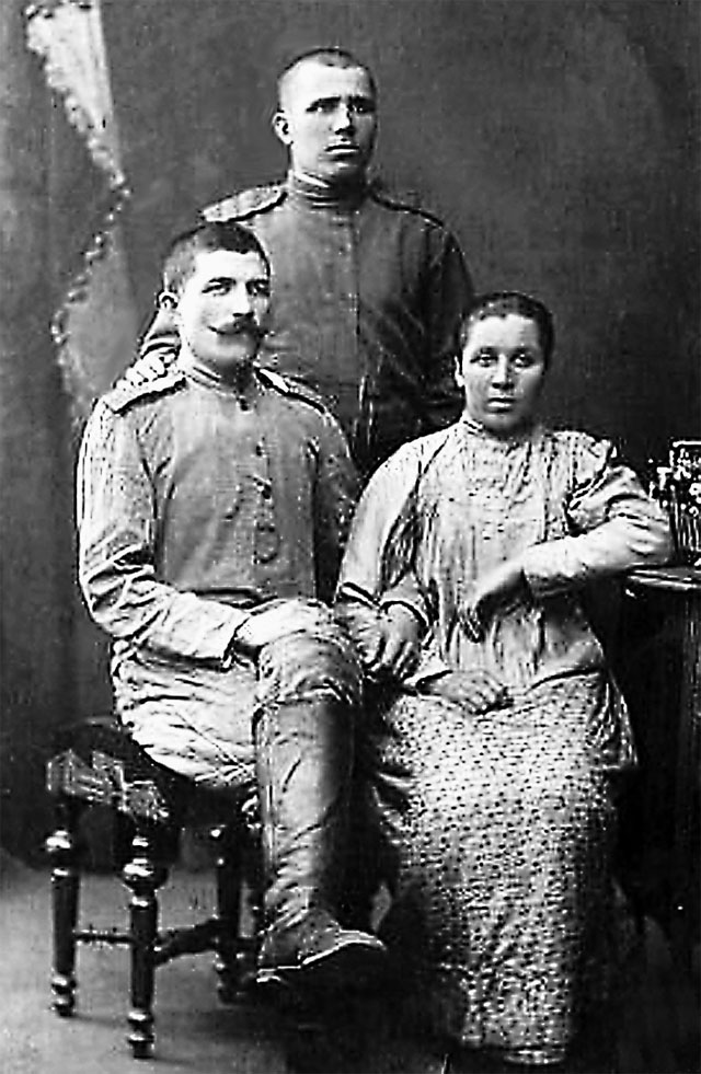 А вот другой дед, Егор Чайкин (сидит слева), получил три креста