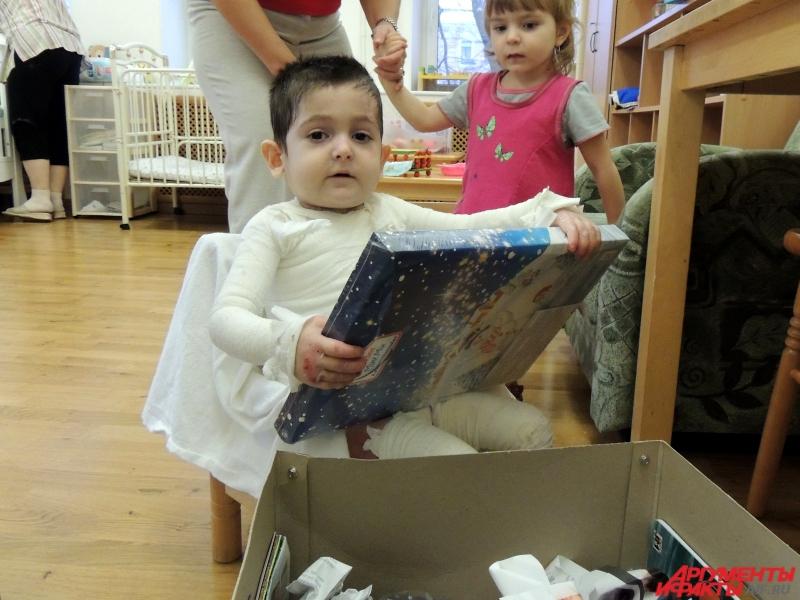 Коля впервые в жизни получил посылку с подарками
