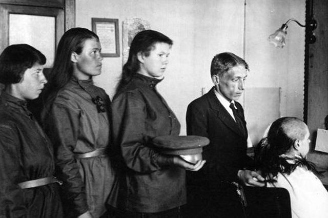 Женские батальоны смерти. Июнь 1917 ноябрь 1918. В парикмахерской. Стрижка наголо