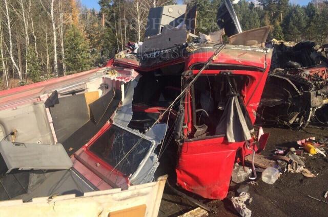 Кабину водителя фуры буквально разорвало на части.