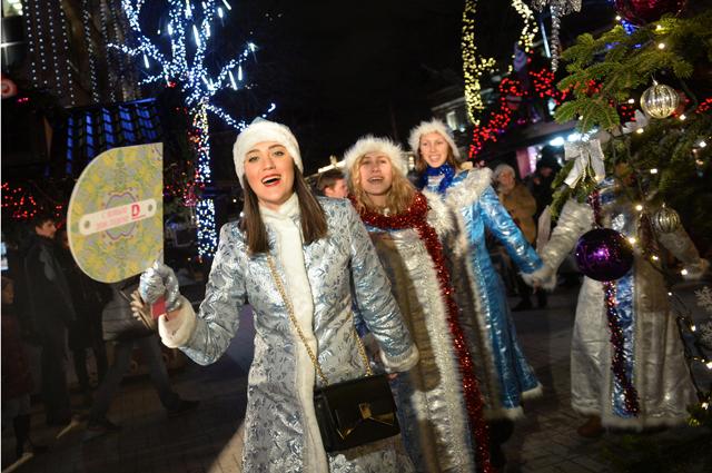 Участницы парада Снегурочек в Москве. 2015 г.