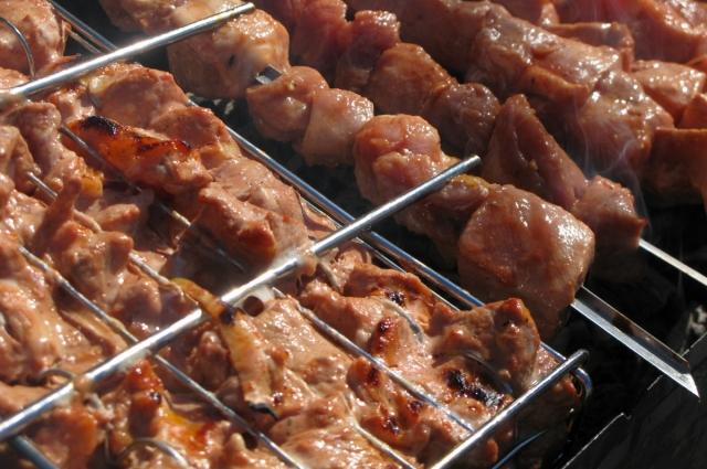 Мясо, замаринованное в лимонаде, лучше готовить на решетке.