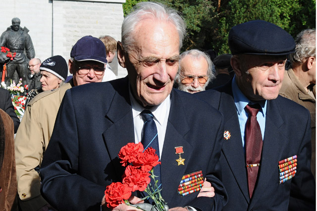 Герой Советского Союза Арнольд Мери (на фото в центре) у памятника Воину - освободителю Таллина от немецко-фашистских захватчиков. В апреле 2007 г. памятник был демонтирован и перенесён из центра города на военное кладбище.
