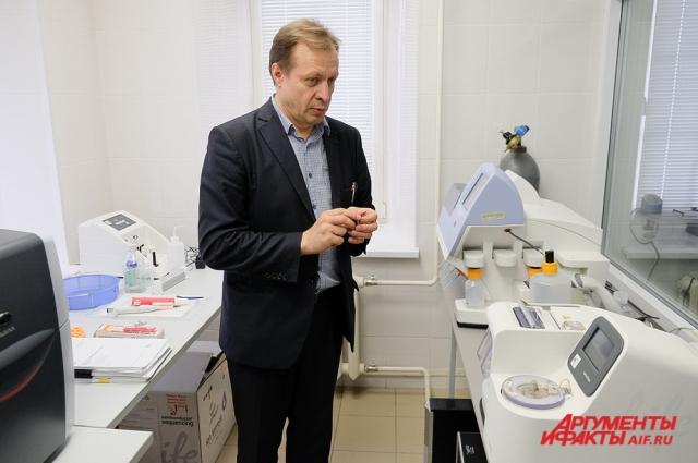 Аппарат для исследования геномов работает на микрочипе, который помещается в ладони.