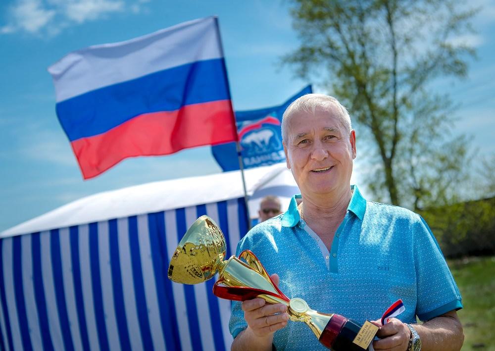 Депутат гордумы Виталий Рыльских поддерживает юных футболистов.