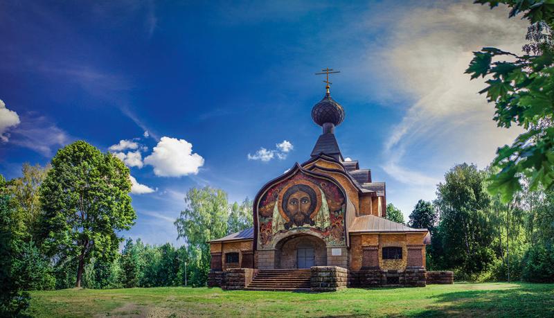Мозаику «Спас Нерукотворный» Николая Рериха, размещённую над входом в храм Святого Духа, недавно отреставрировали.