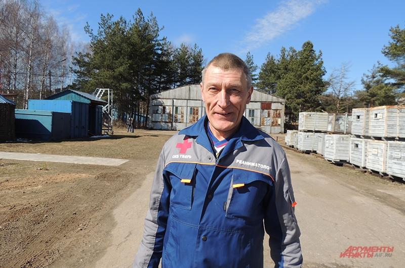 Врач-реаниматолог Владимир Аксёнов совмещает работу в МЧС с дежурством в сельской больнице