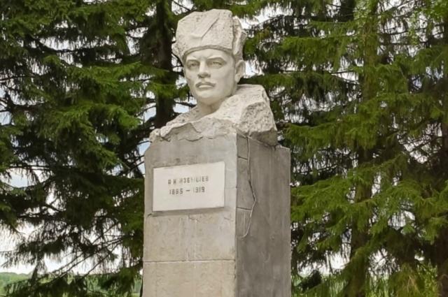 Памятник красному партизанскому командиру Артёму Ивановичу Избышеву в селе Седельниково.