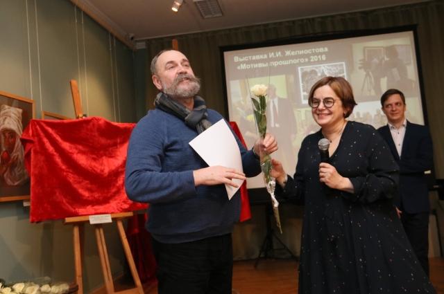 Елена Андреевна принимает подарки в честь юбилея музея.