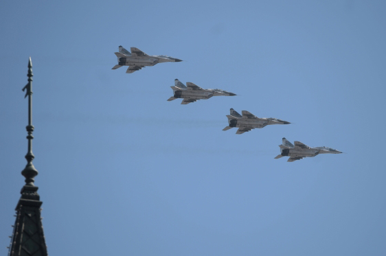 Истребители МиГ-29СМТ пролетают над Красной площадью во время парада