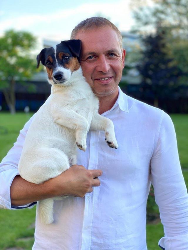 Александру Даванкову хорошо понятны все переживания владельцев животных. Нафото: сосвоим домашним питомцем— Амиком.