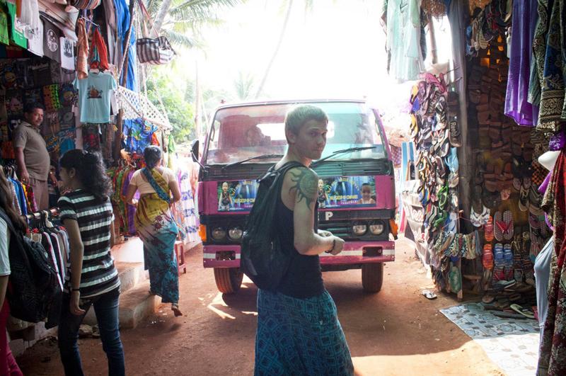 Тимур скупал товары у местных продавцов и сбывал их через интернет. Тем самым он зарабатывал на путешествие