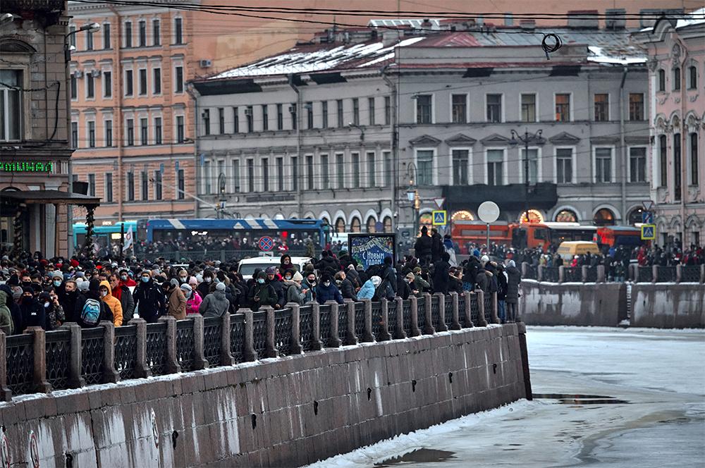 Участники несанкционированной акции сторонников Алексея Навального на набережной реки Мойка в Санкт-Петербурге.