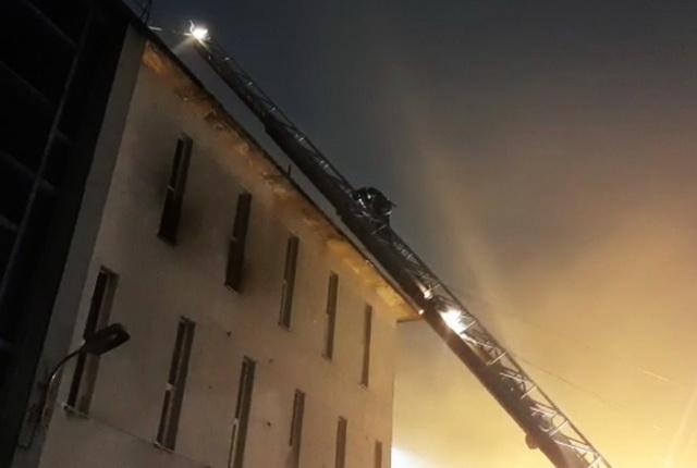 По предварительной информации, произошло обрушение кровли здания