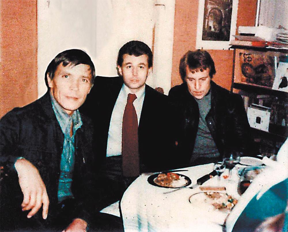 Актёры Театра на Таганке И. Бортник и В. Высоцкий на 30-летии А. Штурмина. 1977 г.