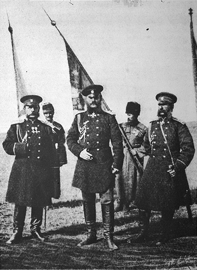 Cлева направо: генерал-адъютант князь Д.И. Святополк-Мирский, великий князь Михаил Николаевич, генерал-адъютант граф М.Т. Лорис-Меликов. Карс (1877)