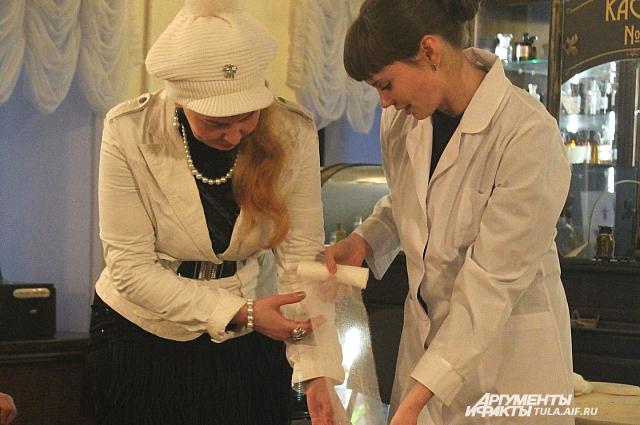 Фармакон и зритель готовятся сделать тюльпан из марлевой ленты.