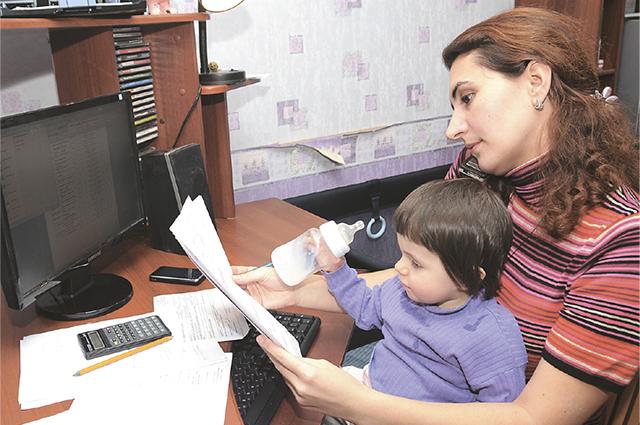 Работа на дому подходит для мам с маленькими детьми.
