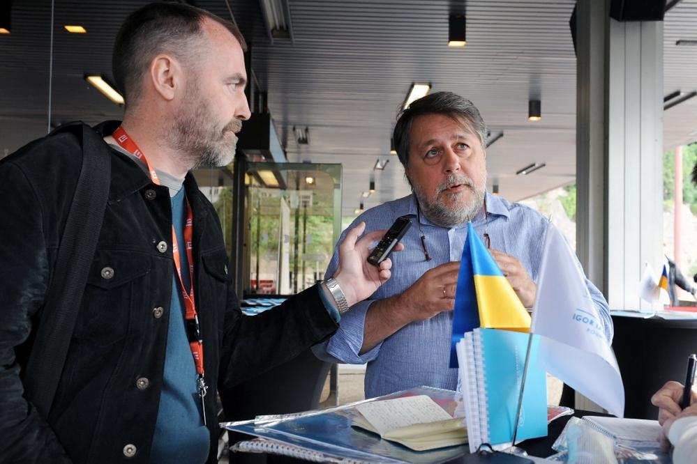 2.    Виталий Манский общается с журналистом