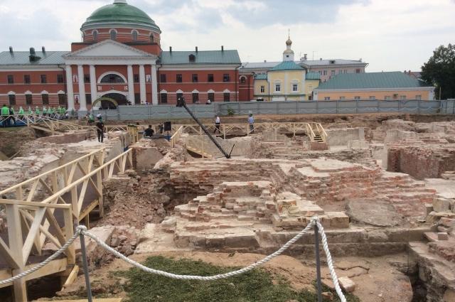 На месте разрушенного в 30-е годы Богородицкого монастыря идут раскопки.
