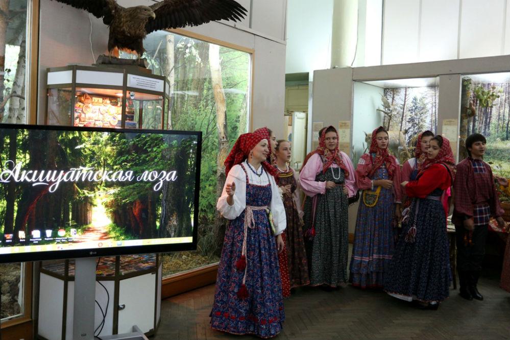 Народный ансамбль Жихарка ДШИ №7 (рук. Н.М. Москаленко) открывает мероприятие.