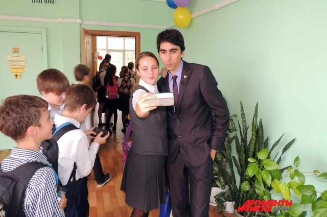 После победы в конкурсе Александр Шагалов вызывает интерес у школьников без всяких усилий.
