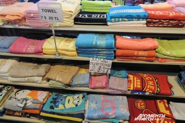Распродажа текстиля. Турция кишит такими мини-базарами.