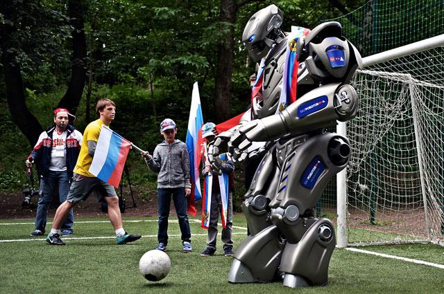 Один из самых больших и знаменитых роботов мира - Титан - умеет даже играть в футбол, что он и показал на акции в поддержку сборной России.