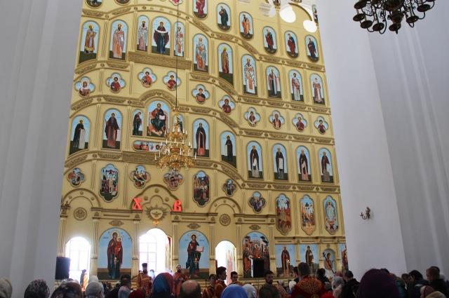 На 22-метровом иконостасе иконы размещены в семь ярусов.