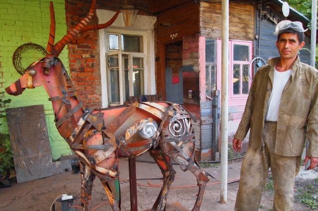 Самарский кузнец создает свои произведения из металла.