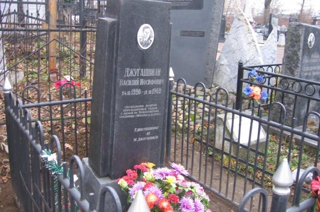 Могила Василия Сталина на Арском кладбище в Казани по-прежнему ухожена.