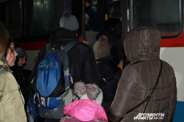 Посадка в автобус № 2 проходит в порядке живой очереди.