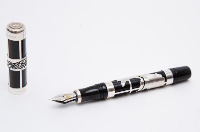 Самый дорогой лот - ручка стоимостью более 100 тысяч рублей.