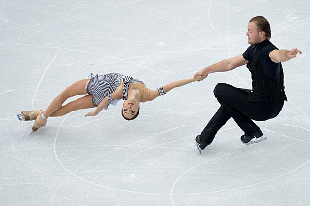 Вера Базарова и Юрий Ларионов в короткой программе парного катания на соревнованиях по фигурному катанию на XXII зимних Олимпийских играх в Сочи