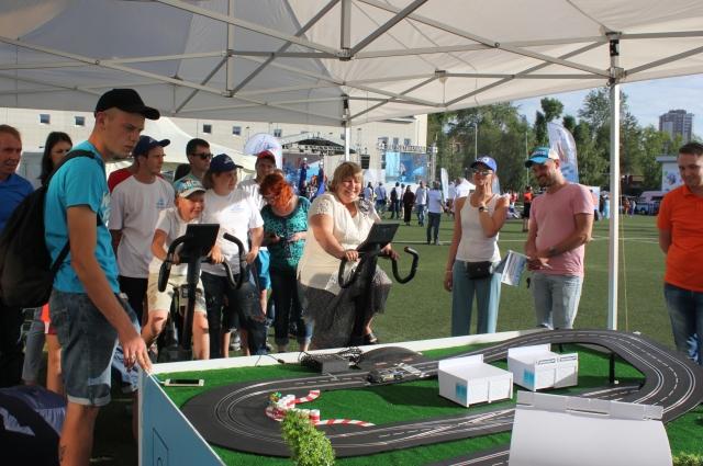 На празднике для детей и взрослых организовали различные игровые и конкурсные площадки.