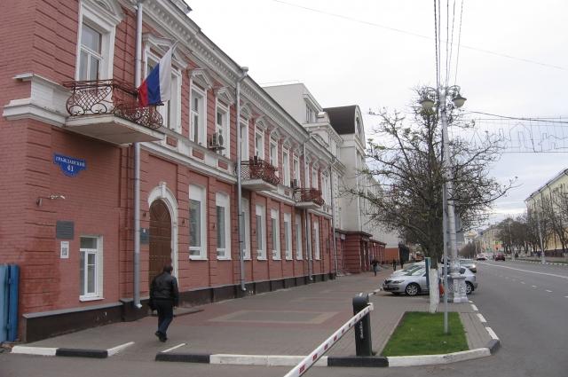 В городе есть старинные здания.
